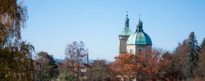 Pohled na kostel Nanebevzetí Panny Marie od sochy Karla Havlíčka Borovského