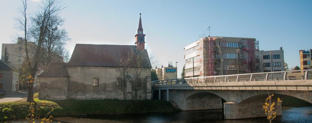Pohled na kostel svaté Kateřiny přes řeku Sázavu